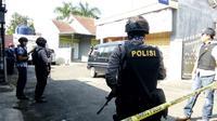 Densus 88 Menggeledah Rumah Terduga Teroris di kota Tasikmalaya (Liputan6.com/Jayadi Supriadin)