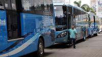 Bus TransJabodetabek Premium menunggu penumpang di Mega City, Bekasi Barat, Senin  (12/3). Mereka yang terdampak  pembatasan ganjil-genap di ruas tol Jakarta-Cikampek diharapkan beralih menggunakan bus Transjabodetabek Premium (Liputan6.com/Arya Manggala)