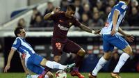 Gelandang Barcelona, Paulinho, mengalami cedera kaki pada pertandingan Copa del Rey melawan Espanyol. (AFP/Josep Lago)