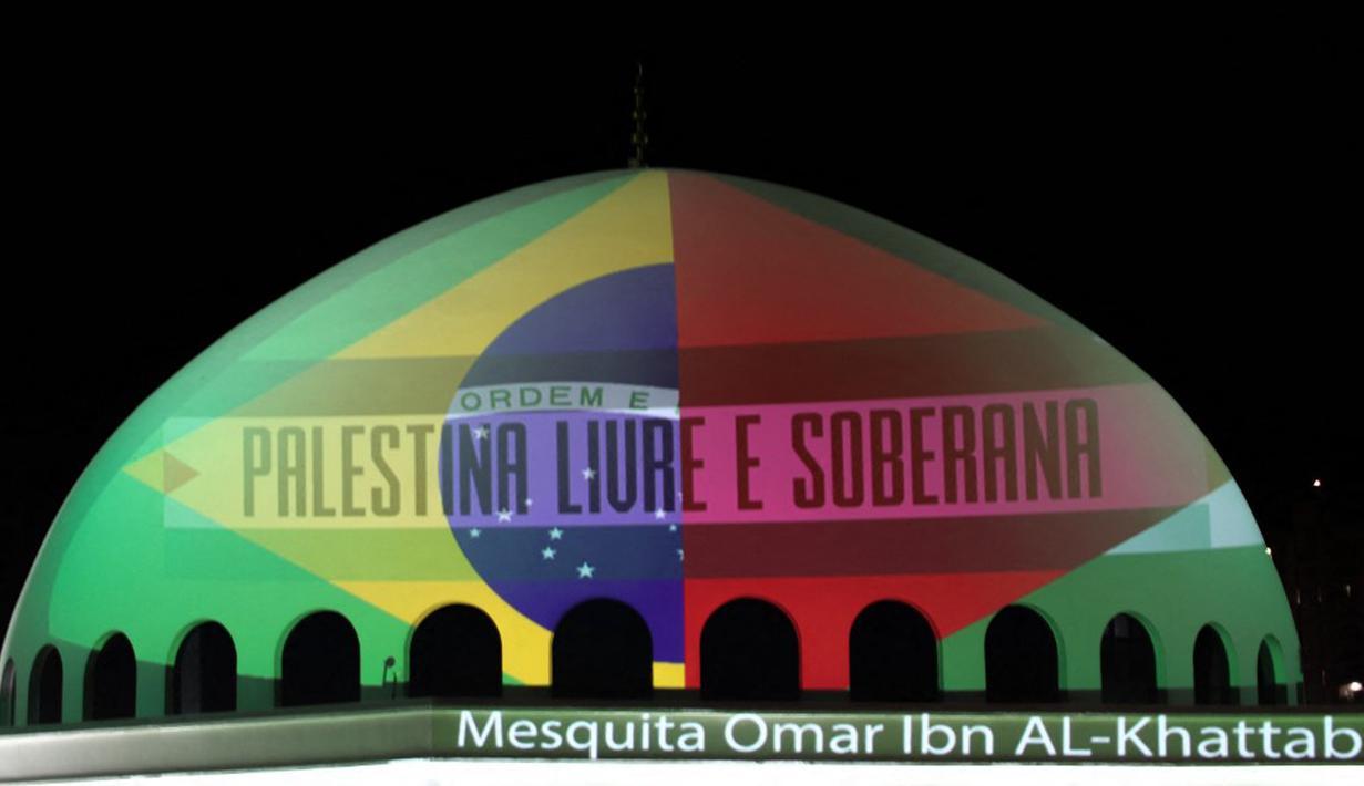 Masjid Omar Ibn Al-Khattab diterangi dengan bendera Brasil dan Palestina di Foz do Iguacu, Negara Bagian Parana, Brasil, Sabtu (14/5/2021). Masjid tersebut menyerukan diakhirinya kekerasan yang meningkat antara Israel dan Palestina. (KRISTEN RIZZI/AFP)