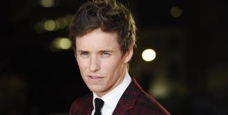 Aktor Eddie Redmayne menjadi pemeran utama di film 'Fantastic Beasts and Where to Find Them'. Ia melakoni peran sebagai Newt Scamander, seorang 'magizoologist' yang juga muncul dalam film 'Harry Potter'. (Bintang/EPA)