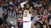 Gaya pemain Cleveland Cavaliers, LeBron James (23) usai mencetak poin saat melawan Washington Wizards pada laga NBA basketball game di Capital One Arena, Washington, (17/12/2017). Cleveland menang 106-99. (AP/Nick Wass)