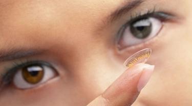 Kenali Berbagai Risiko Pemakaian Lensa Kontak
