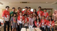 Pemerintah melalui Kementerian Pemuda dan Olahraga memberikan apresiasi berupa uang pembinaan kepada para atlet muda berprestasi Indonesia. (dok. Kemenpora).