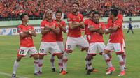 Para pemain Persija Jakarta merayakan gol yang dicetak Bruno Lopes ke gawang Persib Bandung pada laga Liga 1 Indonesia di Stadion Manahan, Solo, Jumat (3/11/2017). Persija menang 1-0 atas Persib. (Bola.com/Ronald Seger)