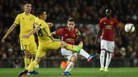 Gelandang Manchester United, Ander Herrera, mengirim umpan saat melawan FC Rostov. Pada laga ini Setan Merah turun menggunakan formasi 3-4-2-1, sementara FC Rostov memakai skema 5-3-2. (AFP/Oli Scarff)