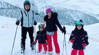 Ibas dan Aliya Rajasa mengajak ketiga buah hati mereka berlibur akhir tahun di Swiss. (dok. Instagram @ibasyudhoyono/https://www.instagram.com/p/B6jHIw2lreN/Putu Elmira)