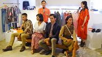 Fashion Stylist, Alva Susilo (belakang kiri), berikan tips mix and match di acara penghargaan pada brand lokal di momen Shopee 11.11 Big Sale, 8 November 2018. (Liputan6.com/Asnida Riani)