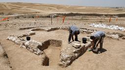 Pekerja dari otoritas barang antik Israel meneliti reruntuhan salah satu masjid kuno yang baru ditemukan di kota Rahat, gurun Negev pada 18 Juli 2019. Situs masjid kuno itu ditemukan tanpa sengaja dalam sebuah proyek pembangunan di daerah setempat. (MENAHEM KAHANA/AFP)