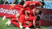 Pemain Inggris, Harry Kane ditindih oleh rekan setimnya usai mencetak gol ke gawang Tunisia dalam penyisihan Grup G Piala Dunia 2018 di Volgograd Arena, Volgograd, Rusia, Senin (18/6). (AP Photo/Thanassis Stavrakis)