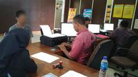 IF bersama orangtuanya melaporkan Azis ke SPKT Polrestabes Palembang, karena nekat melakukan pemerkosaan terhadap IF (Liputan6.com / Nefri Inge)