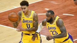 Pebasket Los Angeles Lakers, Kyle Kuzma dan LeBron James saat melawan Memphis Grizzlies pada laga NBA, Rabu (6/1/2021). LA Lakers menang tipis 94-92 atas Grizzlies. (AP Photo/Brandon Dill)