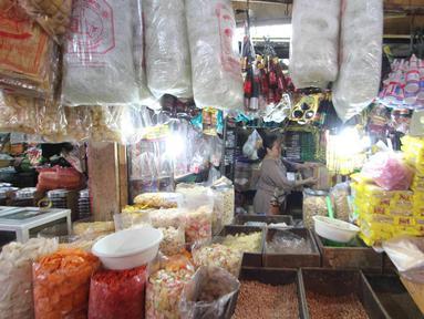Pedagang merapihkan dagangannya di Pasar Kebayoran Lama, Jakarta, Selasa (3/4).Badan Pusat Statistik mencatat inflasi Bulan Maret 2018 sebesar 0,20 persen sehingga inflasi tahun kalender mencapai 0,99 persen (year to date). (Liputan6.com/Angga Yuniar)