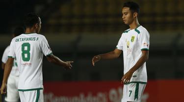 Pemain muda Persebaya Surabaya, Marselino Ferdinan (kanan) dipercayakan oleh pelatih Aji Santoso untuk bermain menemani sang kakak, Oktafianus Fernando (kiri) saat menghadapi PS Sleman di Piala Menpora 2021. (Foto: Bola.com/Ikhwan Yanuar)