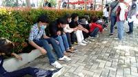 Pelajar Bogor yang diamankan petugas saat akan berangkat ke Jakarta untuk ikut berunjuk rasa menolak RUU Cipta Kerja, Kamis (8/10/2020). (Liputan6.com/Achmad Sudarno)