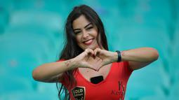 Model Larissa Riquelme berpose dengan memberi isyarat hati sebelum pertandingan Copa America 2019 antara Paraguay dengan Kolombia di Fonte Nova Arena, Salvador, Brasil, Minggu (23/6/2019). Wanita cantik dan seksi ini merupakan model terbaik dan termahal di Paraguay. (Raul ARBOLEDA/AFP)