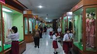 Pengunjung berada di lantai dasar Museum Sang Nila Utama yang disebut-sebut banyak terdapat mahluk astral. (Liputan6.com/M Syukur)