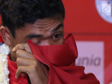 Pelari muda Indonesia, Lalu Muhammad Zohri mengusap mata saat upacara penyambutan di Terminal 3 Bandara Soetta, Tangerang, Selasa (17/7). Lalu M Zohri meraih emas lari 100m putra di Kejuaraan Dunia Atletik U-20. (Liputan6.com/Helmi Fithriansyah)