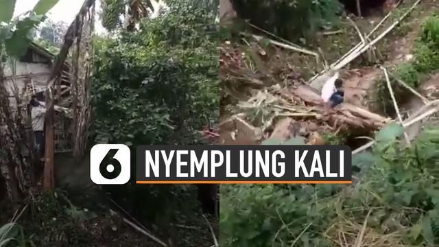 Nasib apes dialami seorang pria saat menebang pohon pisang.