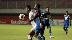 Pemain Persib Bandung, Victor Igbonefo (kanan) menempel ketat pemain PS Sleman, Saddam Emiruddin Gaffar dalam laga leg pertama semifinal Piala Menpora 2021 di Stadion Maguwoharjo, Sleman, Jumat (16/4/2021). (Bola.com/Ikhwan Yanuar)