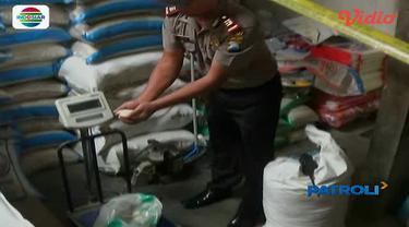 Satgas Pangan Polres Blitar menggrebek gudang yang memoles beras kualitas rendah dengan deterjen pembersih pakaian agar nampak lebih putih.