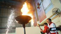 Prosesi penyulutan api dilakukan Menpora bersama atlet pelajar disabilitas.