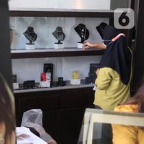 Pekerja merapikan emas di galeri 24 Pegadaian, Tangerang, Selasa (7/7/2020). Harga emas Pegadaian khusus batangan 1 gram cetakan Antam hari ini naik Rp 4.000 atau 0,42% ke level Rp 950.000/gram dari harga hari sebelumnya. (Liputan6.com/Angga Yuniar)
