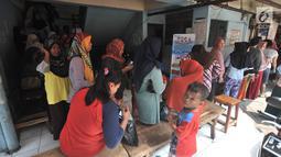 Warga antre membeli sembako murah dengan KJP di Pasar Blok G Tanah Abang, Jakarta, Selasa (11/12). Warga sangat antusias memanfaatkan KJP untuk membeli sembako murah karena harga yang lebih murah dari pasar. (Merdeka.com/Iqbal S. Nugroho)