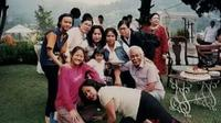 Bob Sadino berpose bersama keluarga. Bob Sadino terlihat akrab dengan anak dan cucunya. (www.facebook.com/ance.dewianti)