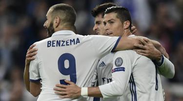 Penyerang Real Madrid, Alvaro Morata melakukan selebrasi bersama Cristiano Ronaldo dan Karim Benzema usai mencetak gol kegawang Legia Warsawa pada lanjutan Grup F Liga Champion di stadion Santiago Bernabeu, Spanyol, (18/10). (AFP Photo/JAVIER Soriano)
