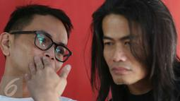 Musisi, Yossi dan art director konser Jay Subiakto memberi keterangan jelang konser bertajuk 'Gue2', Jakarta, Jumat (3/2). Konser akan berlangsung di Ex-Driving Senayan, Jakarta, Sabtu (4/2) pukul 11.30-18.00 WIB. (Liputan6.com/Immanuel Antonius)