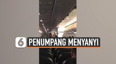 Seorang penumpang penerbangan AirAsia dari Perth menuju Bali melakukan aksi tidak terduga. Ia bernyanyi secara akustik untuk menghibur para penumpang lainnya.