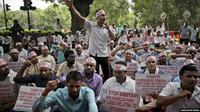 Para aktivis melakukan aksi unjuk rasa memrotes kebijakan negara bagian Assam untuk mengeluarkan hampir 2 juta warga dari daftar kewarganegaraan dalam unjuk rasa di New Delhi, India (AP PHOTO)