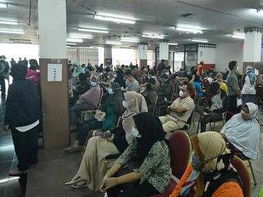 Warga mengantre untuk mendapatkan vaksin Covid-19 di Gelanggang Olahraga (GOR) Ciracas, Jakarta Timur, Kamis (24/6/2021). GOR Ciracas resmi ditunjuk menjadi sentra vaksinasi Covid-19 untuk kelompok usia 18-50 tahun di wilayah Jakarta Timur. (Liputan6.com/Herman Zakharia)