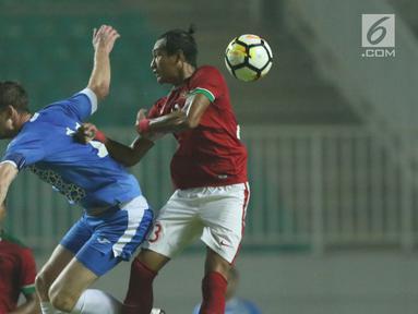 Bek Indonesia U-23, Hansamu Yama Pranata (kanan) berebut bola atas dengan pemain Uzbekistan pada laga PSSI Anniversary 2018 di Stadion Pakansari, Kab Bogor, Kamis (3/5). Babak pertama berakhir imbang 0-0. (Liputan6.com/Helmi Fithriansyah)