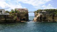 Isola La Gaiola atau Pulau Gaiola yang konon sarat kutukan (Wikipedia)