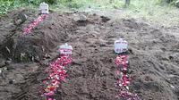 Pemakaman 3 terduga teroris di Sidoarjo (Liputan6.com/ Dian Kurniawan)