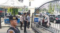 Penjagaan di Polda Riau diperketat terkait serangan bom bunuh diri di Polrestabes Medan, Rabu (13/11/2019). (Liputan6.com/ M Syukur)