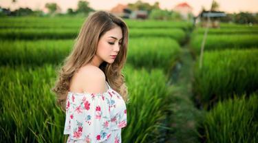 Celine Evangelista salah satu aktris sinetron yang memiliki wajah cantik. Blasteran Italia-Indonesia ini bahkan masih cocok disebut ABG meski sudah memiliki 4 buah hati.  (Liputan6.com/IG/@celine_evangelista)