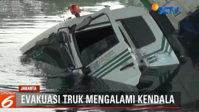 Sambil menunggu kendaraan derek berukuran besar, Petugas Laka Lantas Jakarta Utara yang tiba dilokasi menggelar olah TKP dan meminta keterangan sejumlah saksi.