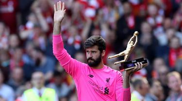 Kiper Liverpool, Alisson Becker menyapa para fans saat memegang penghargaan Golden Gloves usai pertandingan melawan Wolverhampton Wanderers pada lanjutan Liga Inggris di Anfield, Inggris (12/5/2019). Alisson mencatatkan 21 clean sheet di sepanjang musim ini. (Reuters/Carl Recine)