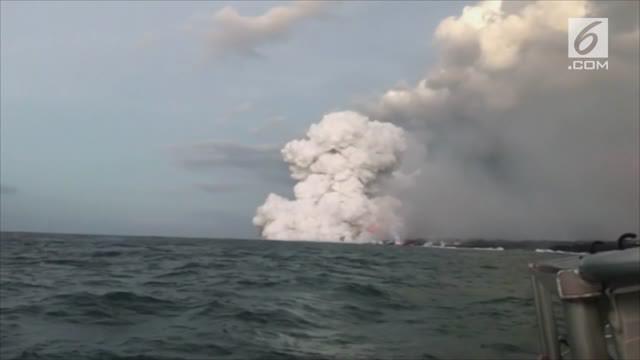 Sebuah gumpalan lava vulkanik panas menghantam kapal wisata Big Island Of Hawaii. Sebanyak 23 orang turis terluka akibat insiden ini.