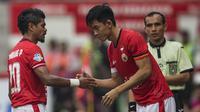 Gelandang Persija, Sutanto Tan, menggantikan Bambang Pamungkas saat melawan Borneo FC pada laga Liga 1 di Stadion Patriot Bekasi, Jawa Barat, Minggu (16/7/2017). Persija menang 1-0 atas Borneo FC. (Bola.com/Vitalis Yogi Trisna)