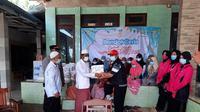 Kemensos memberikan santunan terhadap para ahli waris dan korban luka dari bencana longsor di Kabupaten Pamekasan, Sabtu (27/2/2021). (Foto:Human Kemensos)