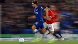 Bek Chelsea, Marcos Alonso, menggiring bola saat melawan Manchester United pada laga Piala Liga Inggris 2019 di Stadion Anfield, Rabu (30/10). Manchester United menang 2-1 atas Chelsea. (AP/Ian Walton)