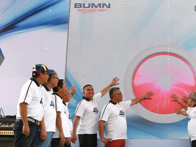 Jajaran Direksi dan Komisaris Askrindo meluncurkan Logo serta Nilai Budaya Perusahaan pada HUT ke-48 Askrindo di Ancol Fantastique, Jakarta, Sabtu (6/4). Peluncuran tersebut diharapkan menjadi panduan utama seluruh insan Askrindo untuk berpikir, bertindak serta berprilaku. (Liputan6.com/HO/Iqbal)