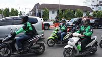Rombongan pengemudi GoJek melintas di depan Balai Kota Solo, Jateng. (Liputan6.com/Fajar Abrori)