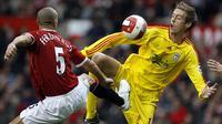 Striker Liverpool, Peter Crouch, berebut bola dengan bek Manchester United, Rio Ferdinand, pada laga Liga Premier Inggris di Stadion Old Trafford, Inggris, Minggu (22/10/2006). (AFP/Andrew Yates)