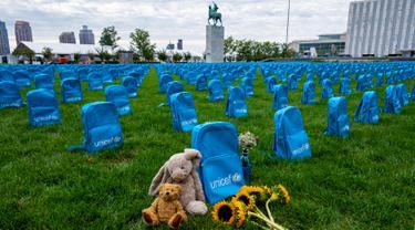 Ribuan tas sekolah tertata di halaman utara Markas Besar Perserikatan Bangsa-Bangsa (PBB), New York, Amerika Serikat, Minggu (8/9/2019). UNICEF membuat instalasi batu nisan dari 3.758 tas sekolah untuk menunjukkan jumlah anak yang mati selama konflik pada tahun 2018. (AP Photo/Craig Ruttle)