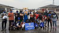 Persib Bandung kembali menyalurkan bantuan donasi Sauyunan langsung kepada warga di sekitar Kota Bandung.  (Bola.com/Erwin Snaz)